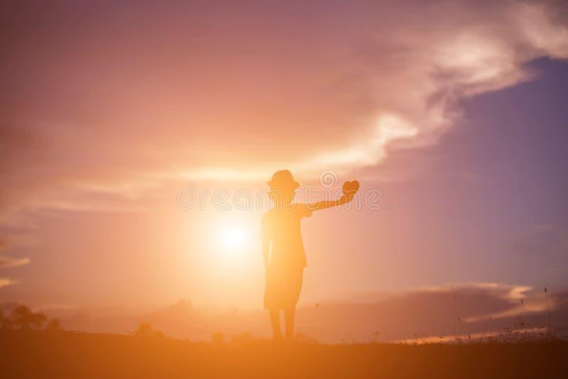 Crianças e por do sol feliz do tempo fotografia de stock royalty free