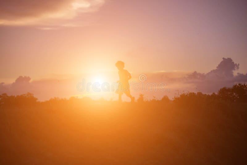 Crianças e por do sol feliz do tempo fotos de stock