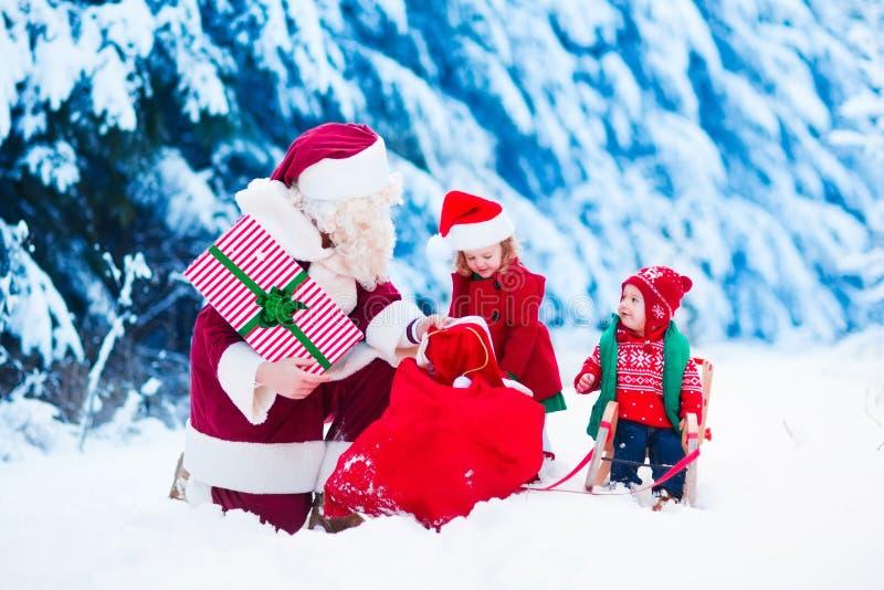 Crianças e Santa com presentes de Natal imagens de stock