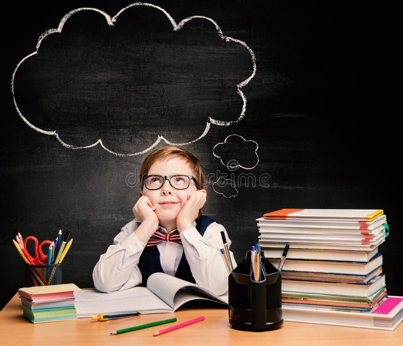 Crianças educação, estudo do menino da criança na escola, bolha de pensamento