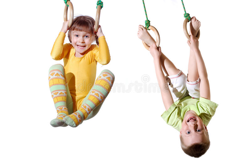 Crianças em anéis da ginástica fotografia de stock royalty free