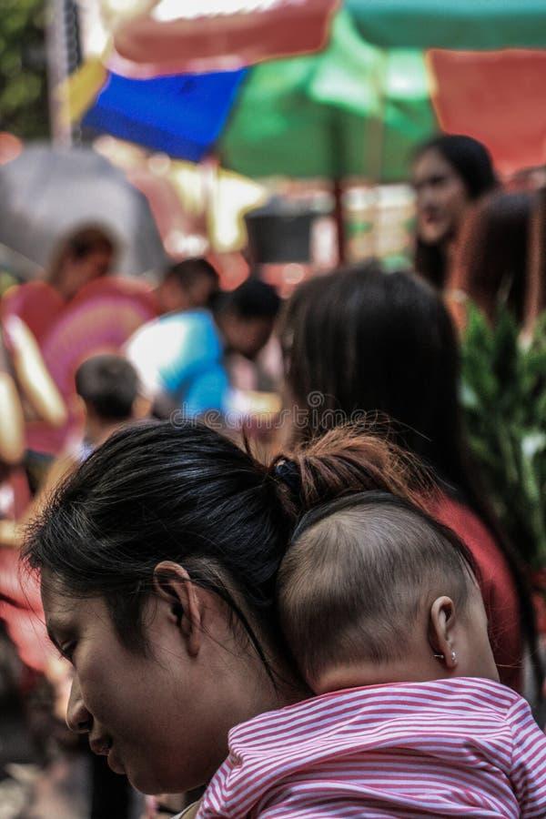Crianças em Binondo, Manila comemorando o ano novo chinês imagem de stock