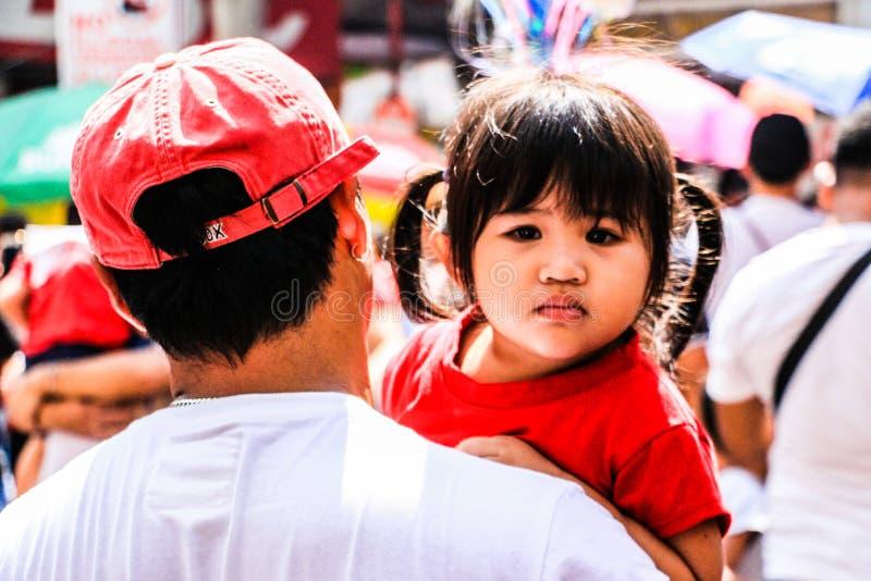 Crianças em Binondo, Manila comemorando o ano novo chinês foto de stock