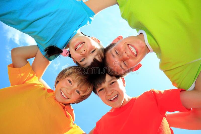 Crianças em camisas coloridas imagem de stock