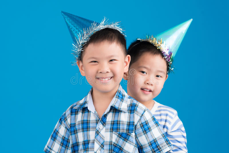 Crianças em chapéus do partido foto de stock royalty free