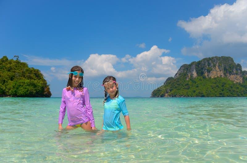 Crianças em férias da praia imagem de stock