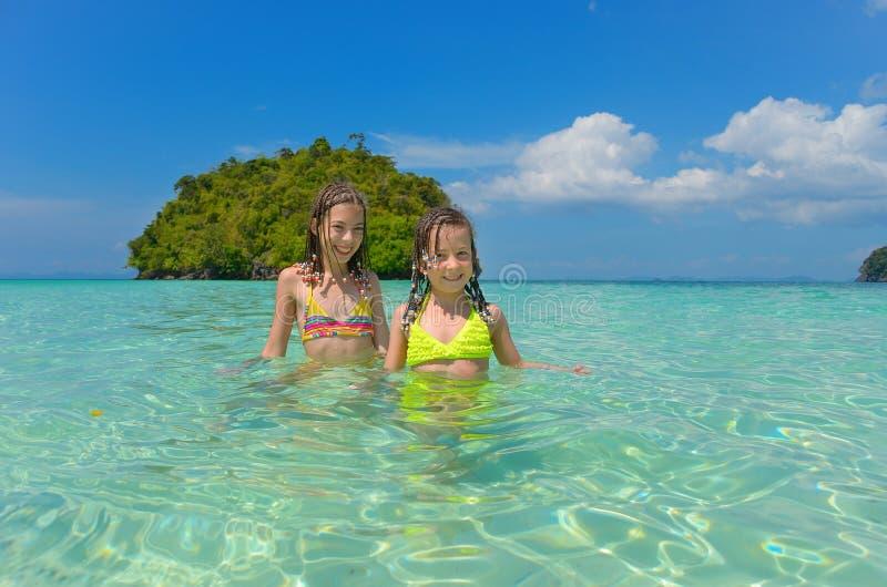 Crianças em férias da praia fotos de stock royalty free