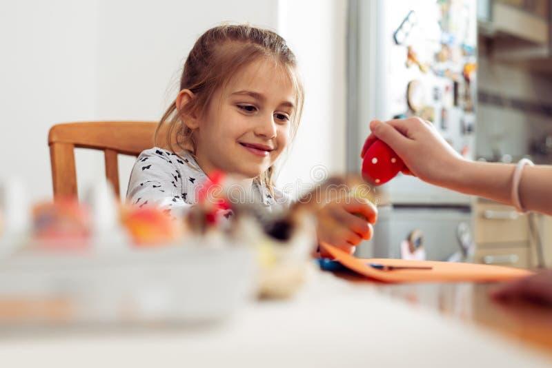 Crianças em idade pré-escolares que batem ovos da páscoa imagens de stock royalty free