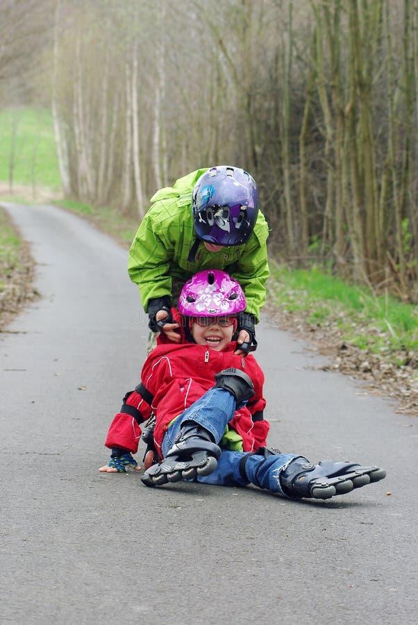 Crianças em patins inline imagem de stock