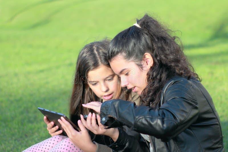 Crianças em redes sociais fotos de stock royalty free