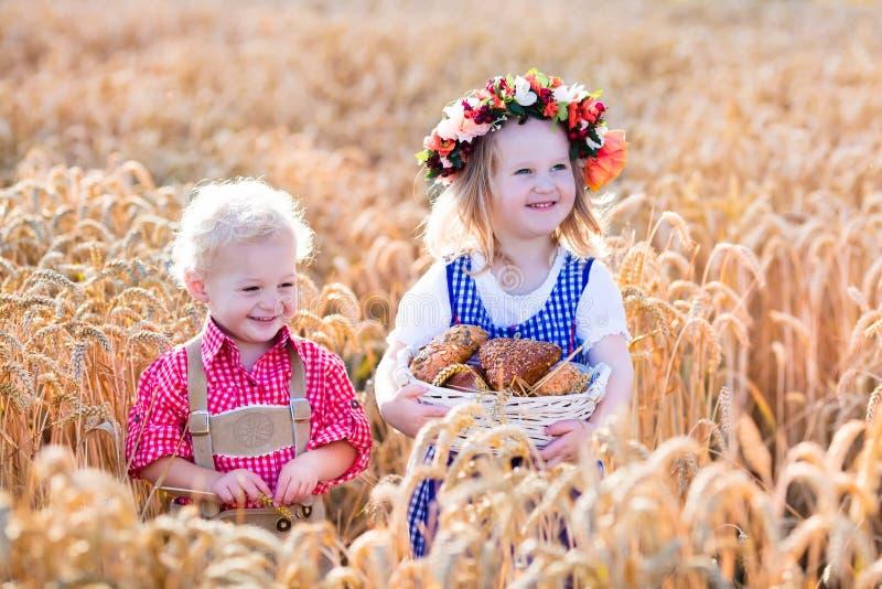 Crianças em trajes bávaros no campo de trigo foto de stock