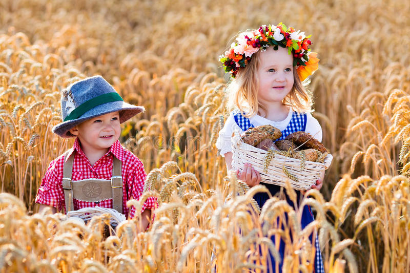 Crianças em trajes bávaros no campo de trigo imagem de stock royalty free