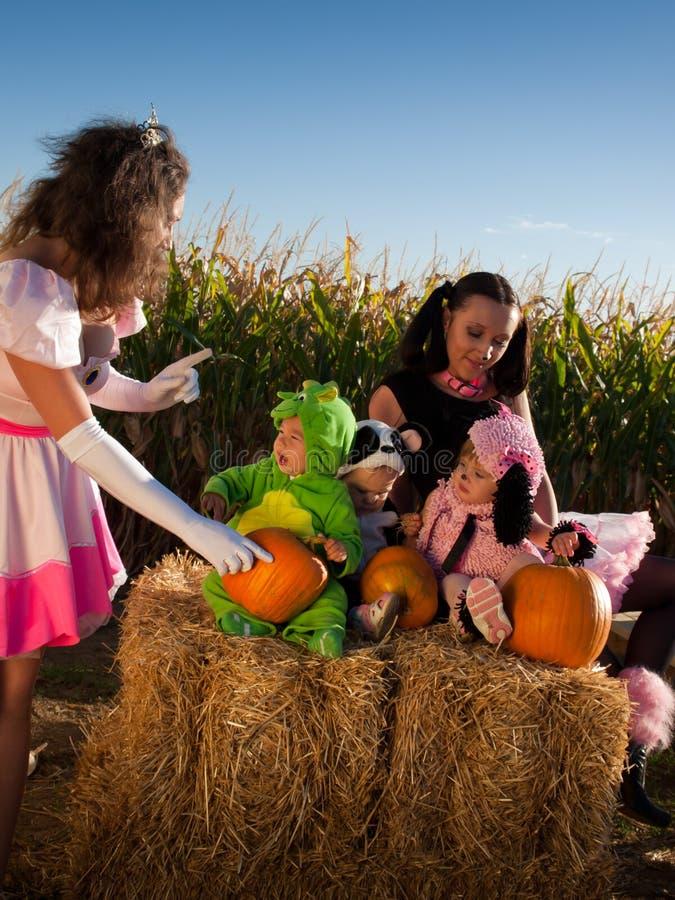 Crianças em trajes de Halloween imagem de stock