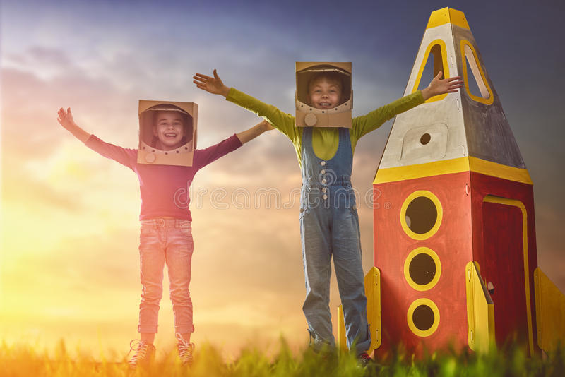 Crianças em trajes dos astronautas imagem de stock royalty free