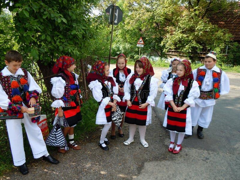 Crianças em trajes tradicionais do condado de Maramures, Romênia foto de stock