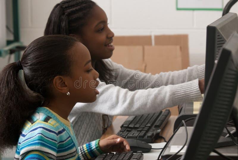 Crianças em um computador fotografia de stock