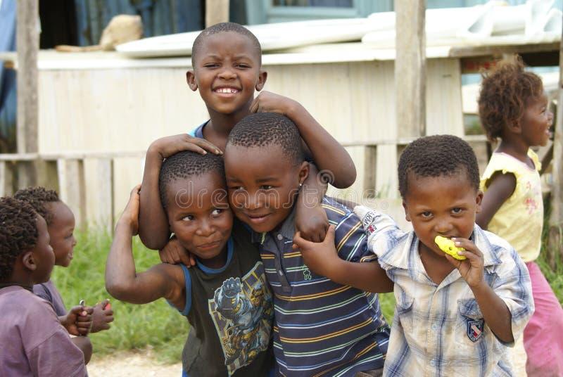 Crianças em um distrito de Joanesburgo fotos de stock
