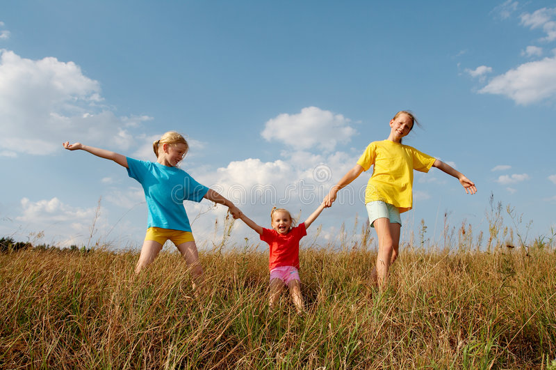 Crianças em um prado imagem de stock