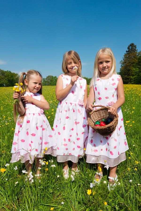 Crianças em uma caça do ovo de Easter imagem de stock royalty free