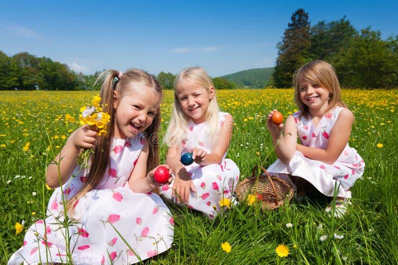 Crianças em uma caça do ovo de Easter fotografia de stock royalty free