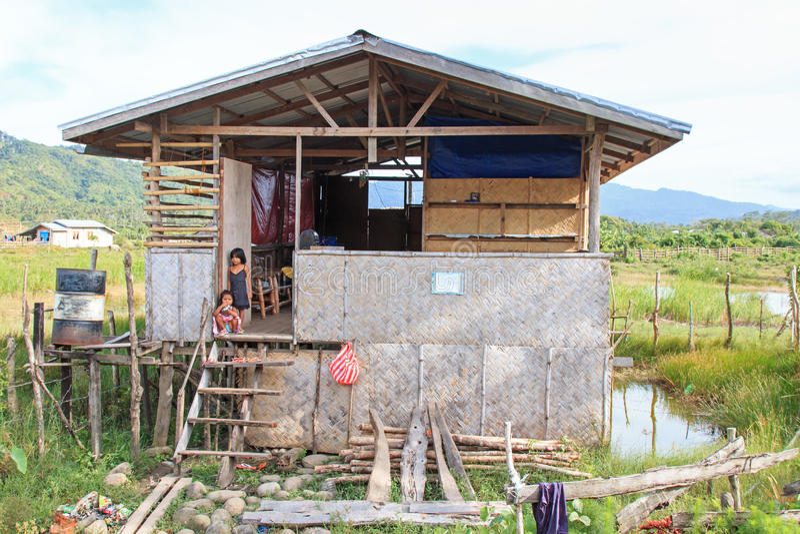 Crianças em uma casa tradicional na vila pequena de Nacpan nas Filipinas Estas casas são feitas dos bambus imagens de stock