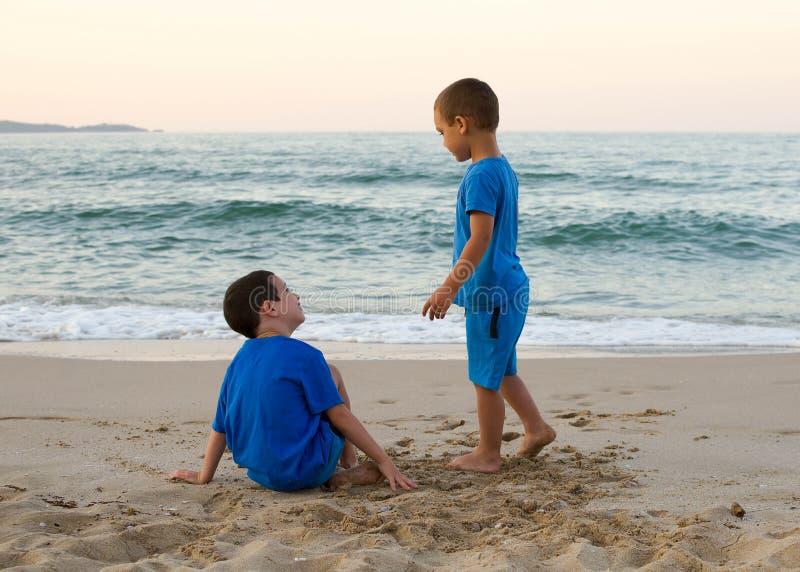 Crianças em uma praia foto de stock royalty free