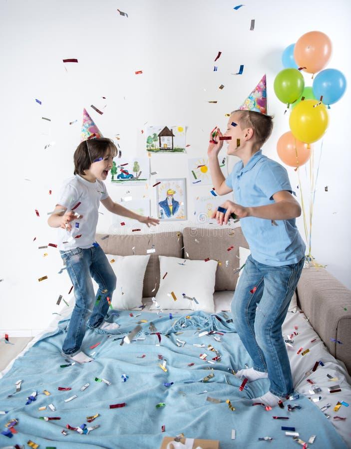 Crianças energéticas que comemoram o evento feliz fotografia de stock