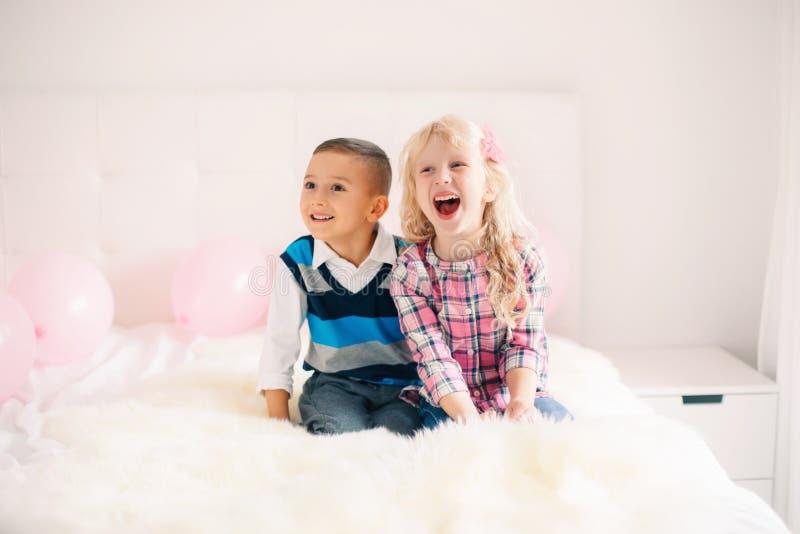 crianças engraçadas adoráveis bonitos caucasianos brancas de riso de sorriso imagens de stock