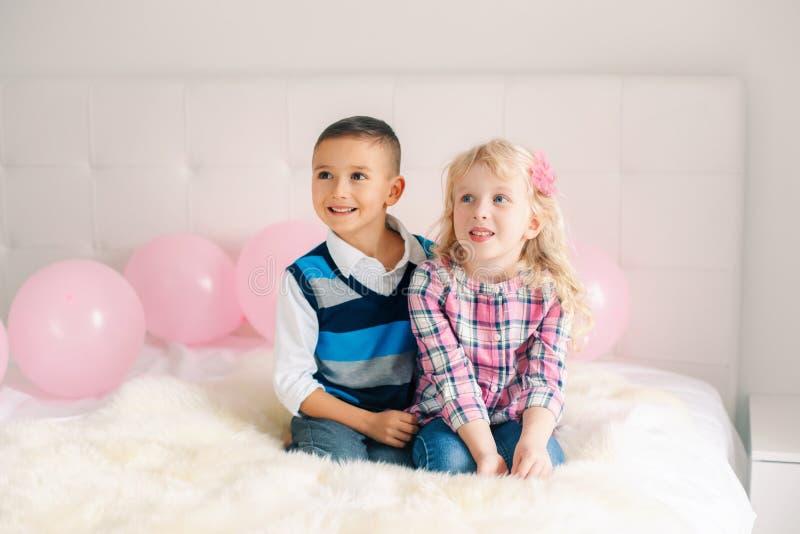 crianças engraçadas adoráveis bonitos caucasianos brancas surpreendidas de sorriso felizes foto de stock
