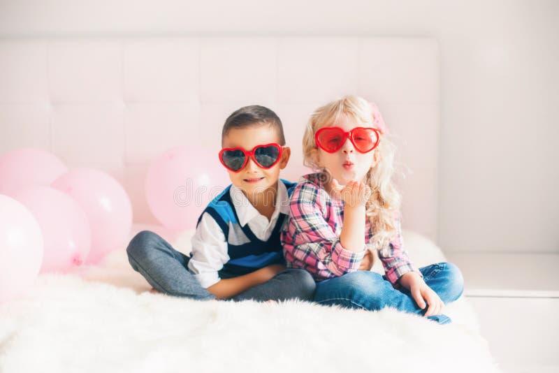 crianças engraçadas que vestem vidros da forma do coração fotografia de stock royalty free