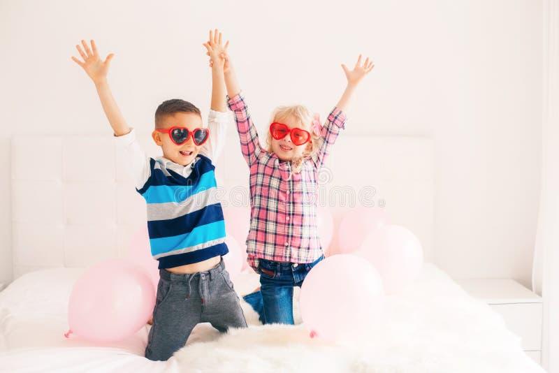 crianças engraçadas que vestem vidros da forma do coração foto de stock royalty free