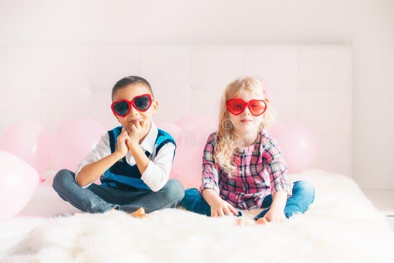crianças engraçadas que vestem vidros da forma do coração imagem de stock royalty free