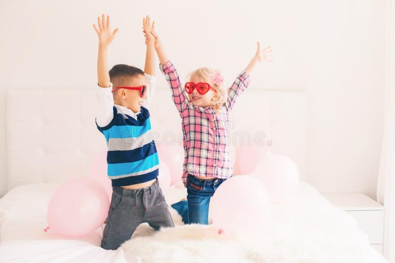 crianças engraçadas que vestem vidros da forma do coração imagens de stock royalty free