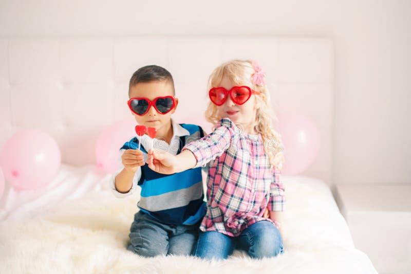 crianças engraçadas que vestem vidros da forma do coração fotografia de stock