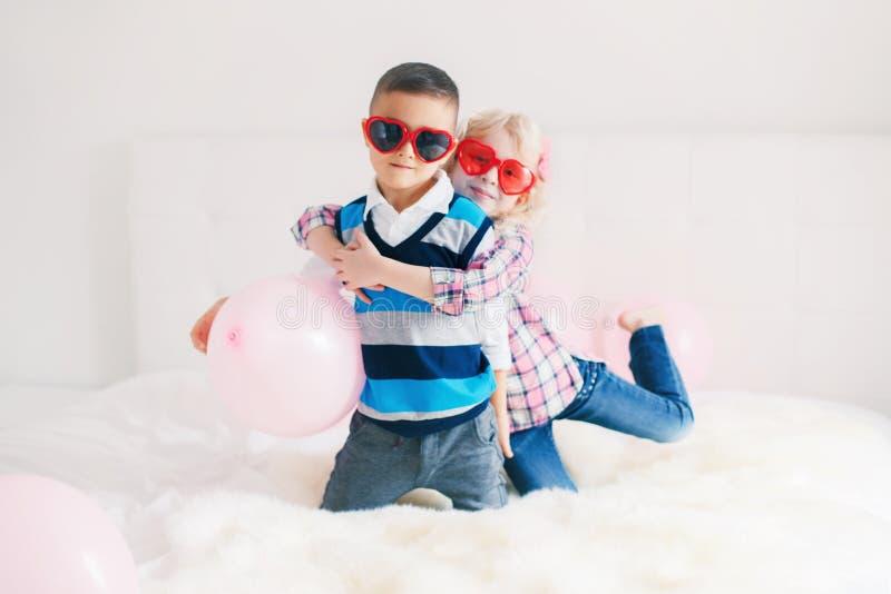 crianças engraçadas que vestem vidros da forma do coração fotos de stock royalty free