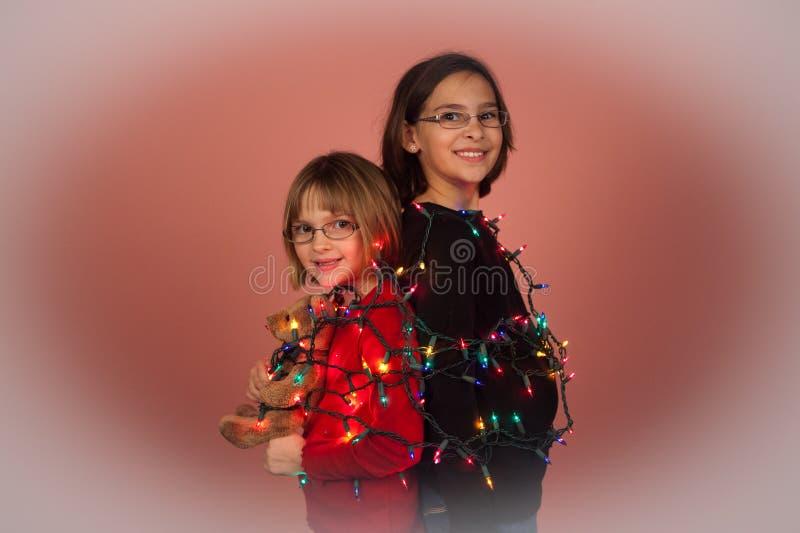 Crianças envolvidas acima em luzes de Natal para os feriados imagem de stock royalty free