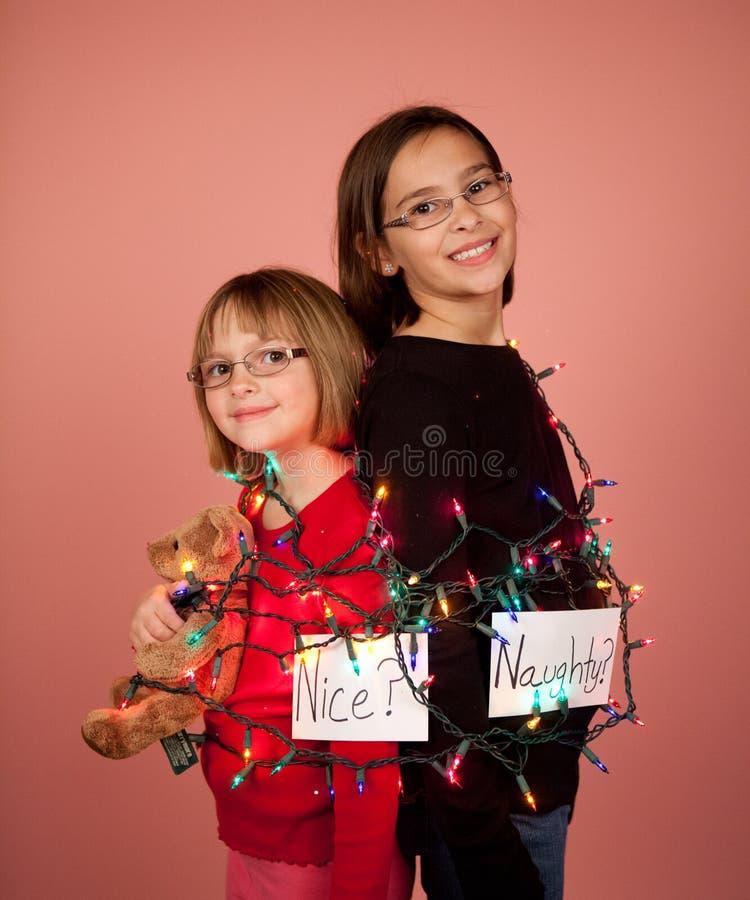 Crianças envolvidas acima em luzes de Natal para os feriados impertinentes e imagens de stock royalty free