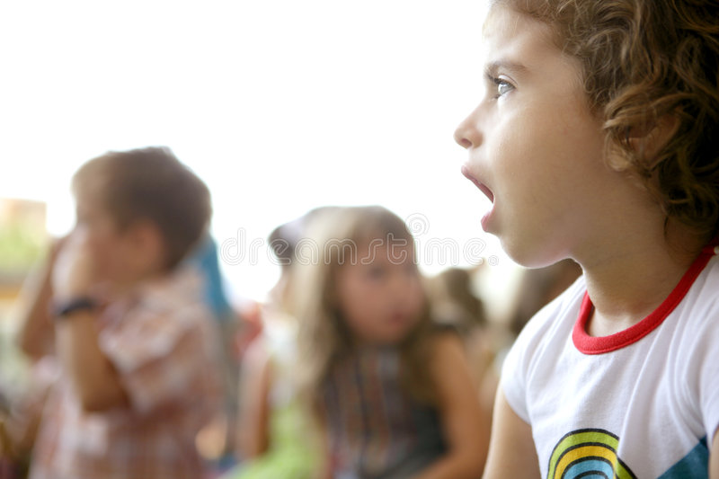 Crianças espectadoras que olham a mostra foto de stock royalty free