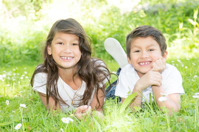 Crianças felizes adoráveis da irmã e do irmão fora no dia de verão fotos de stock royalty free