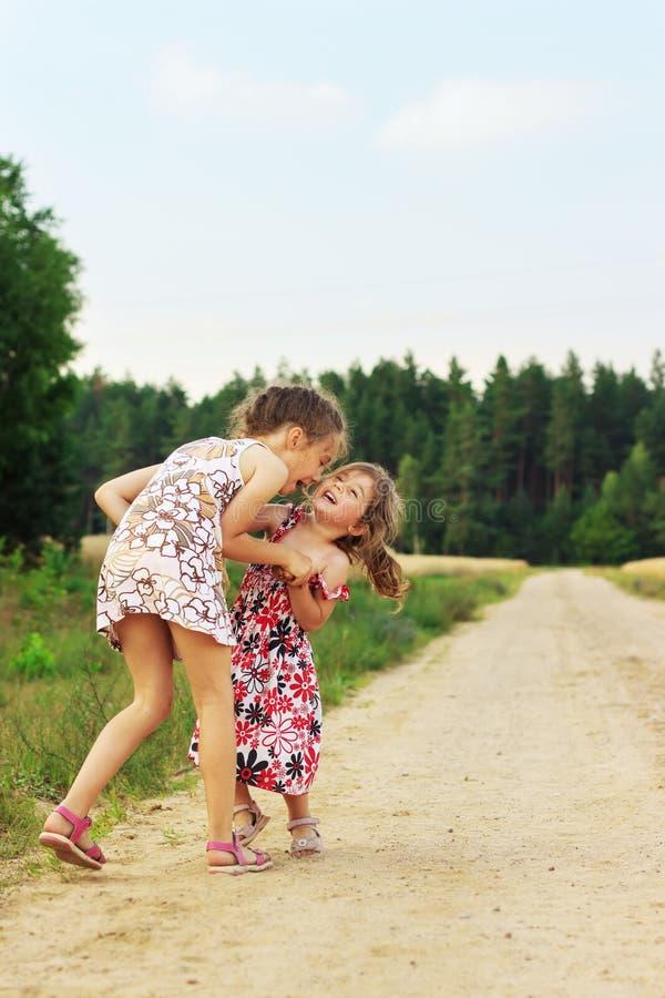 Crianças felizes bonitos que jogam no verão arquivado imagens de stock