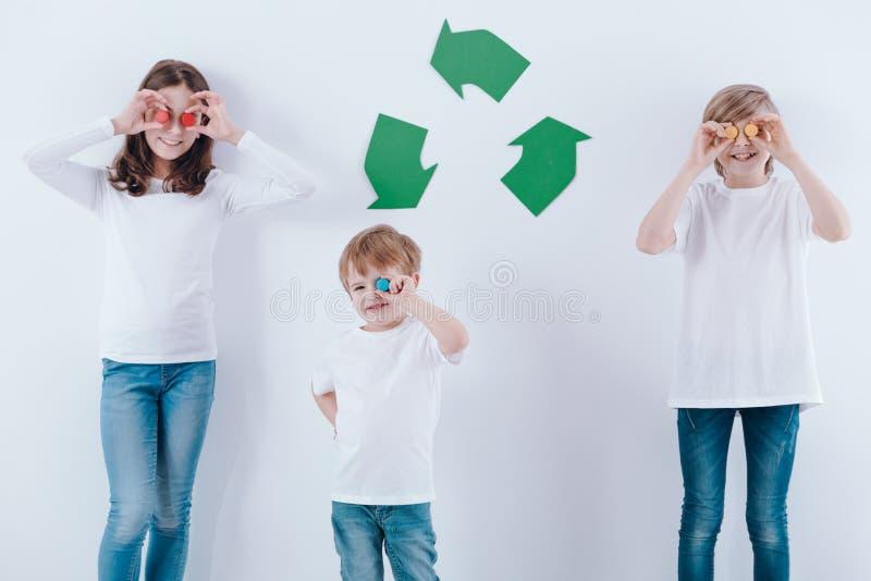 Crianças felizes com cortiça coloridas fotos de stock royalty free