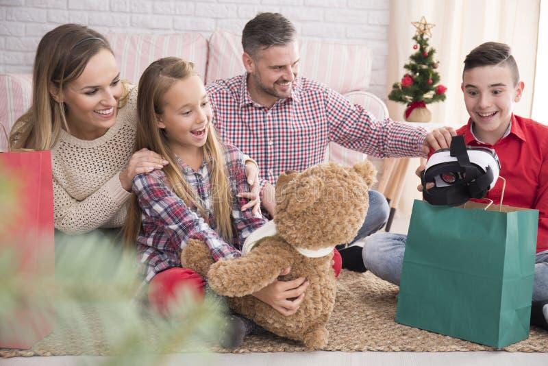 Crianças felizes com presentes do Natal imagens de stock