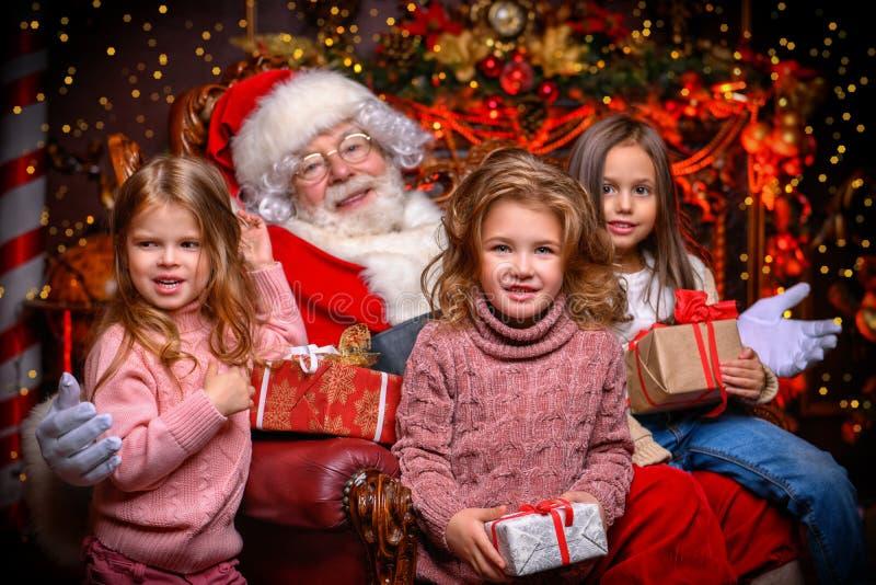 Crianças felizes com Santa fotografia de stock