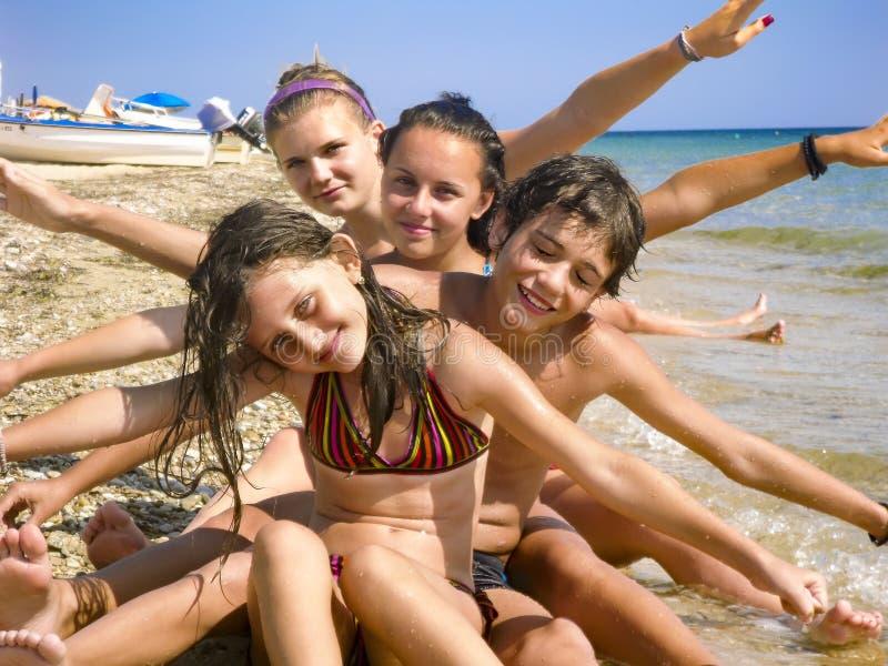 Crianças felizes da família que têm o divertimento na praia imagem de stock royalty free