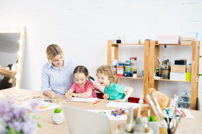 Crianças felizes em Art Class fotos de stock royalty free