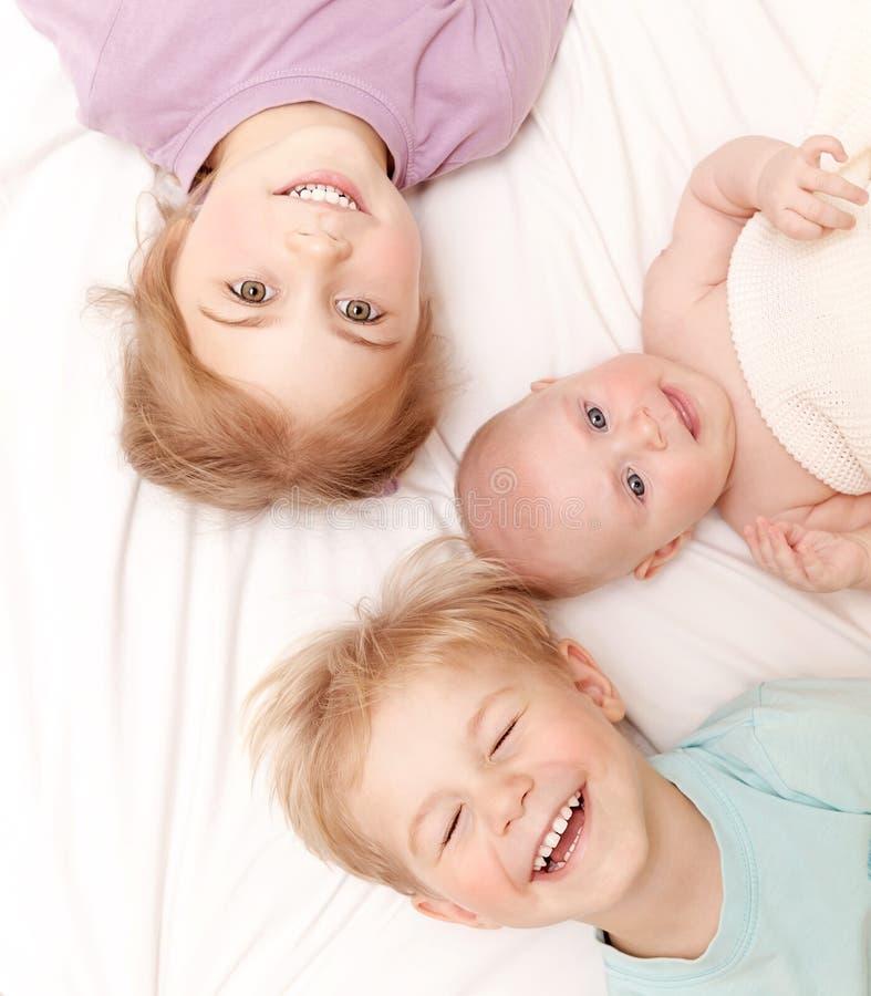 Crianças felizes em casa fotografia de stock royalty free