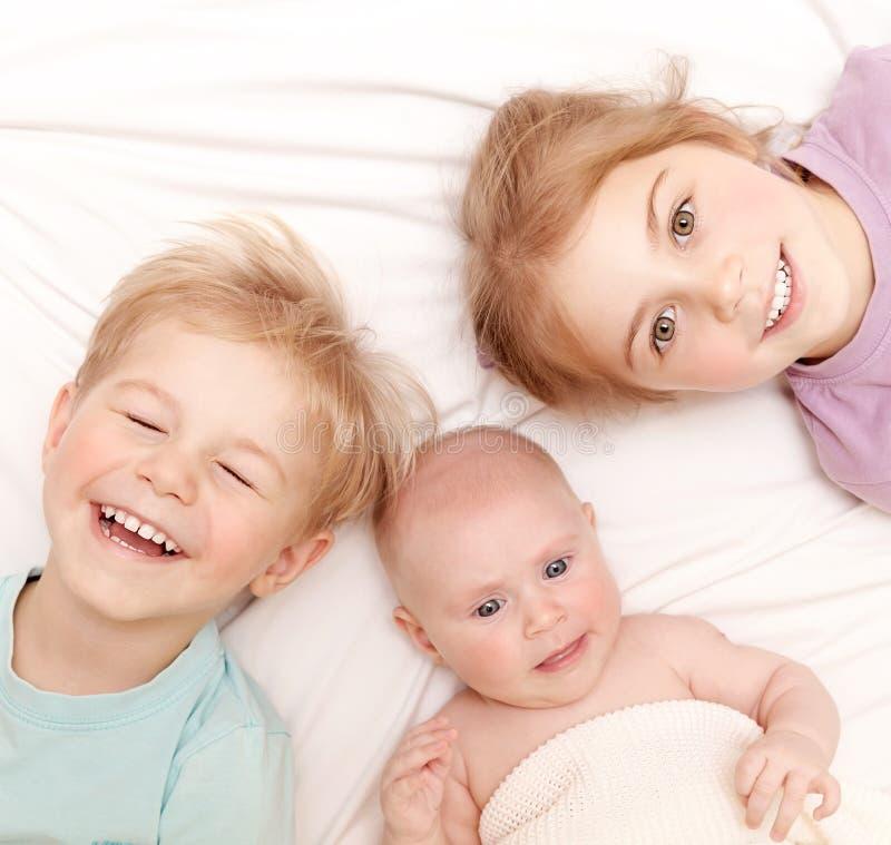 Crianças felizes em casa fotografia de stock