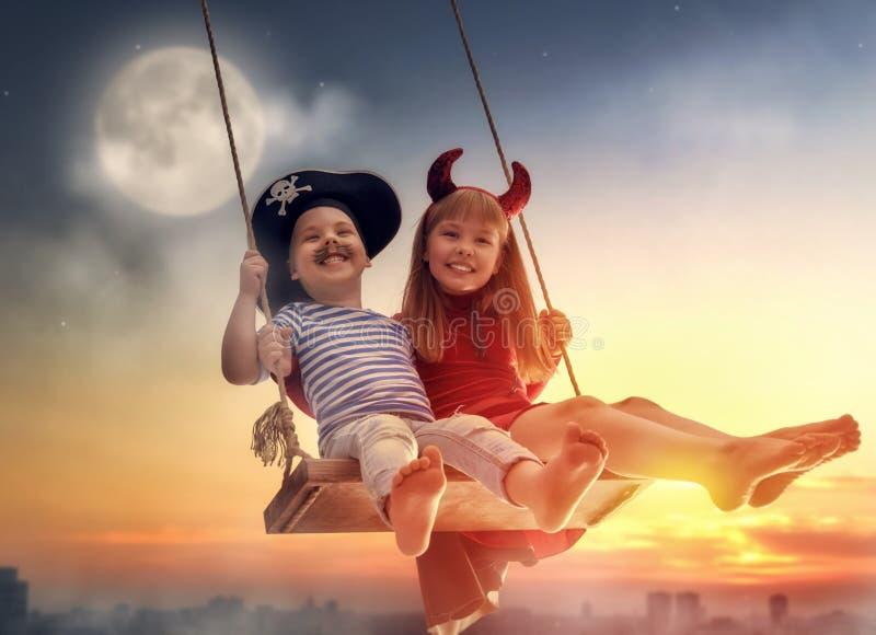 Crianças felizes em Dia das Bruxas fotos de stock royalty free