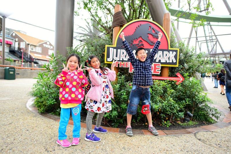 Crianças felizes em Jurassic Park fotografia de stock