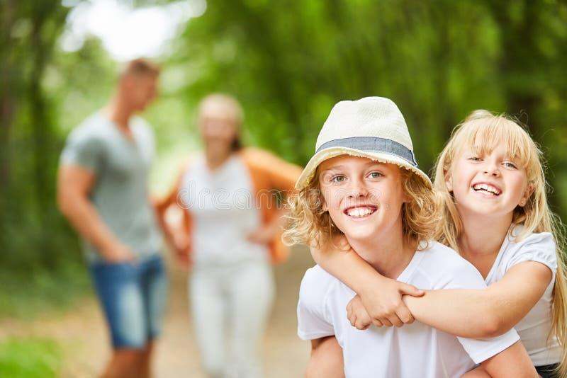 Crianças felizes em uma excursão foto de stock royalty free